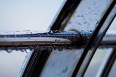 Chrom stalowe drymby z wodą opuszczają w rzecznym porcie fotografia stock
