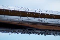 Chrom stalowe drymby z wodą opuszczają w rzecznym porcie zdjęcia stock