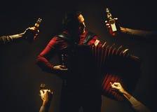 Chromatischer Akkordeon-Spieler und alkoholische Getränke Stockfoto