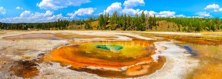 Chromatyczny basen, Yellowstone park narodowy, Górny gejzeru basen Zdjęcia Royalty Free