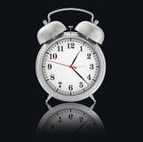 Chrome-alarm-Klok op zwarte achtergrond met Royalty-vrije Stock Afbeeldingen