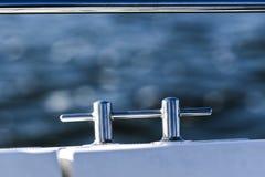 Chrome-Bügel auf einem weißen Segelboot durch das Meer Lizenzfreie Stockfotos