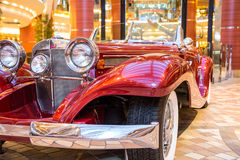 Chrome brillante en viejo automóvil descubierto rojo Fotos de archivo libres de regalías