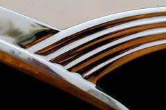 Chrome detalj på bildörr arkivbild