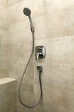 Chrome dusch i badrummet Royaltyfri Bild