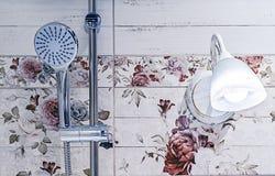 Chrome duschhuvud i badruminre arkivbild