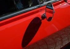 Chrome echa a un lado espejo de la vista posterior en un coche clásico Imagenes de archivo