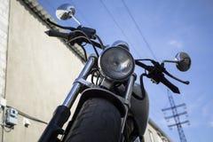 Chrome-fiets dichtbij de garage Stock Afbeeldingen