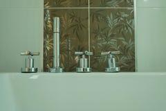 Chrome-Hahn im Badezimmer Stockbilder