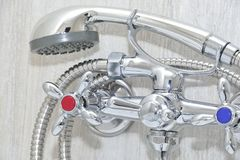 Chrome-Hahn mit Showerhead Stockfotografie