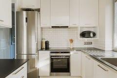 Chrome-koelkast in witte keuken Stock Fotografie