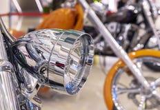 Chrome-koplamp op een moderne sportenfiets royalty-vrije stock fotografie