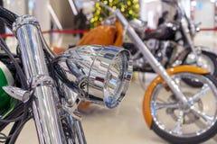 Chrome-koplamp op een moderne sportenfiets royalty-vrije stock afbeelding