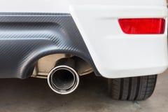 Chrome-pijp van witte krachtige sportwagen Stock Foto's