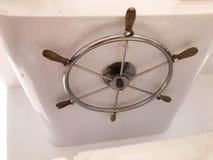Chrome plateerde roestvrij metaal glanzend stuurwiel met houten handvatten in de kapiteins` s cabine voor controle op het schip,  Royalty-vrije Stock Fotografie