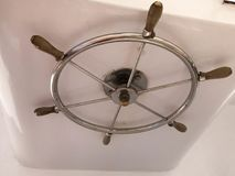Chrome plateerde roestvrij staal glanzend stuurwiel in de kapiteins` s cabine voor controle op een schip, boot, cruisevoering Stock Foto