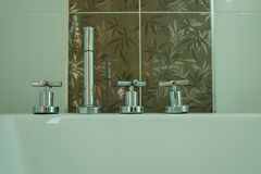 Chrome-tapkraan in badkamers Stock Afbeeldingen