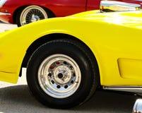Chrome-wiel op gele auto Stock Afbeelding