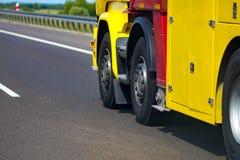 Chromed lastbilhjulCloseup Tungt lastbilhjul royaltyfria bilder