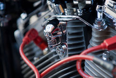 Chromschädel auf Motorradmotor Stockfoto