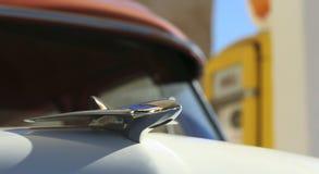 Chromu kapiszonu ornament na rocznika samochodzie Fotografia Stock