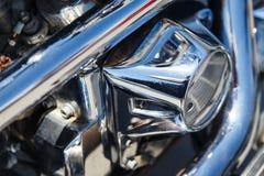 Chromu narzutu błyszczącego motocyklu zakończenia parowozowy odbicie obrazy stock
