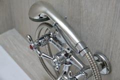 Chromu wodny klepnięcie z showerhead Obraz Royalty Free