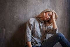 Chroniczny zmęczenie syndrom kobiet zmęczeni potomstwa zdjęcie stock