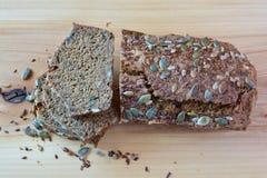 Chrono- pain organique coupé en tranches avec des graines Photo libre de droits