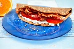 Chrono Pfannkuchen mit Speck und Tomaten Stockbild