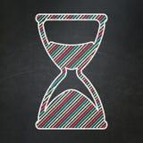 Chronologieconcept: Zandloper op bordachtergrond Stock Foto's