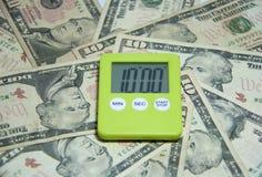 Chronomètre carré en plastique vert sur les billets de banque des USA Photographie stock libre de droits
