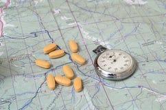 Chronomètre et vitamines sur la carte Photos stock