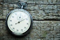 Chronomètre soviétique de vintage sur les conseils en bois photographie stock libre de droits