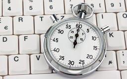 Chronomètre sur le clavier d'ordinateur Photo stock