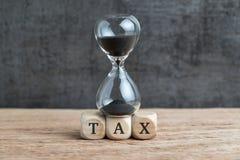 Chronométrez le compte à rebours pour le concept, le sablier ou les sandglass de date-butoir d'impôts image stock