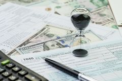 Chronométrez le compte à rebours pour le concept, le sablier ou les sandglass de date-butoir d'impôts image libre de droits