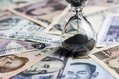 Chronométrez le concept de fonctionnement ou d'investissement à long terme avec des sandglass ou h images stock