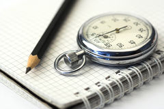 Chronometer und Feder Lizenzfreie Stockfotos