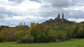 Chruch、小山和秋天树 库存图片
