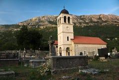 Chruch Crkva SV de St Varvara Varvare a entouré par un cimetière image stock