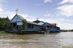 Chruch de flutuação na seiva de Tonle fotos de stock