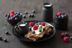 Chrupiący chleb z creme jagodami i fraiche Zdjęcie Stock