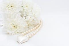 Chrysanteum, corazón y perla Fotos de archivo