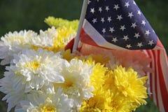 Chrysanthèmes et drapeau jaunes blancs des Etats-Unis Images stock