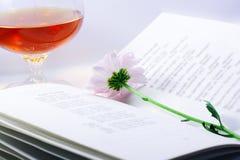 Chrysantheme auf geöffnetem Buch lizenzfreie stockfotos