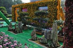 Chrysanthemebaum und künstlicher Hügel Lizenzfreie Stockbilder
