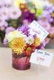 Chrysanthemen blüht im purpurroten Glasvase mit glücklicher Glückwunschkarte Lizenzfreie Stockfotografie