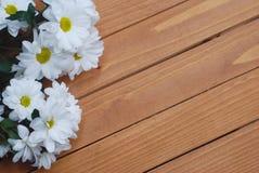 Chrysanthemenkamille weiße Blumen-Blumenstrauß über rustikalem hölzernem Hintergrund mit Kopienraum Lizenzfreie Stockfotos