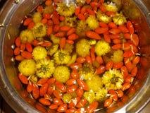 Chrysanthementee mit Lycium chinense stockfoto